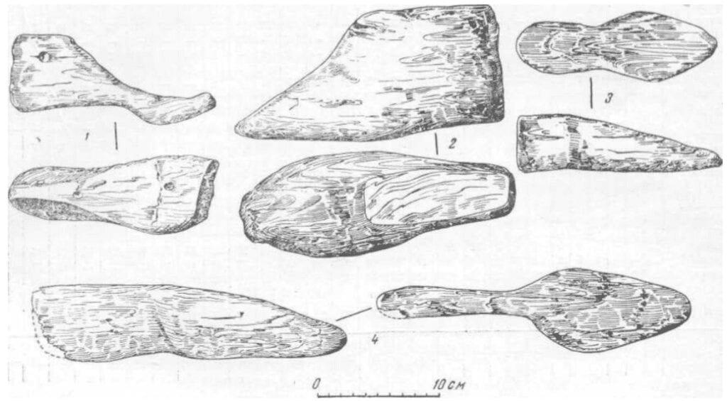 Drawings of medieval wooden shoe lasts found in Novgorod.